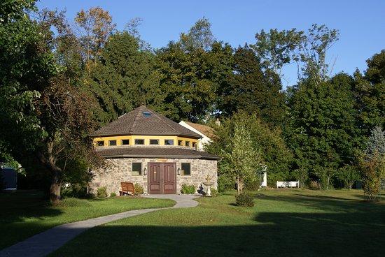 Monroe, نيويورك: Meditate in the sacred shrine