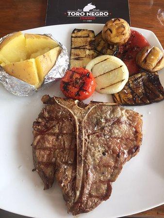 Toro Negro Steakhouse : Es un T-Bone con verduras y patata asada al horno