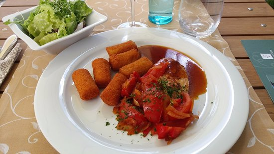 Hotel Rebstock Laufenburg: Chicken fillet with tomatoes, onions and potato croquettes