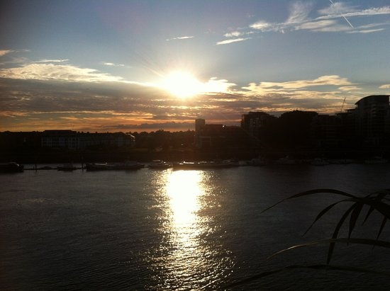 Rafayel on the Left Bank - Hotel & Spa: Sunset on the Thames