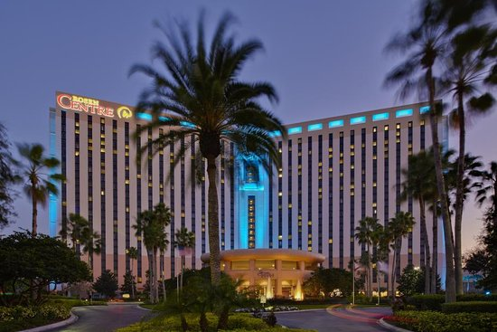 Rosen Centre Hotel: Front at Night