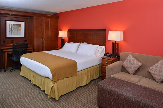 Crestwood, IL: Enjoy a King room with pull-out sofa bed.