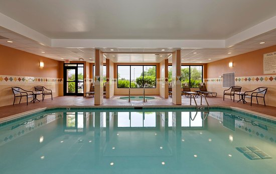 McHenry, IL: Hotel Pool