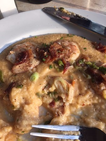 Merrick, NY: Shrimp and grits...pretty yuck