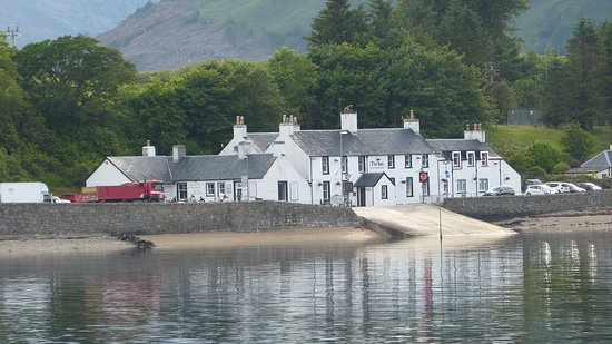 Ardgour, UK: ..approaching the Inn from the ferry..great spot..
