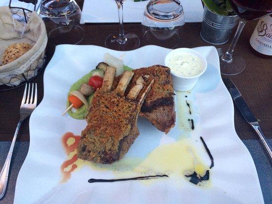 Seltz, Frankreich: Carré d'agneau avec croûte d'ail et thym. Délicieux !
