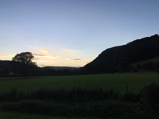Llanarmon DC, UK: The view from our room at dusk