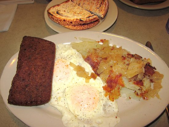 ‪‪Trevose‬, بنسيلفانيا: Eggs over easy w/ Scrapple & Home Fries w/ Onion‬