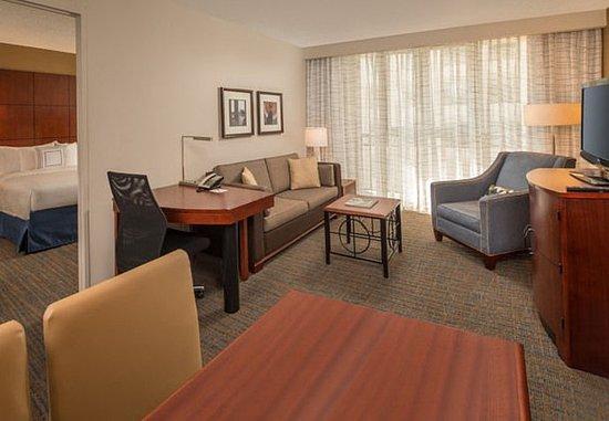 Bethesda, MD: One-Bedroom Queen/Queen Suite Living Area