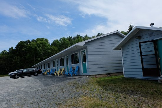 Homeport Motel : Outside of the room. Huge open space with picnic tables outside.