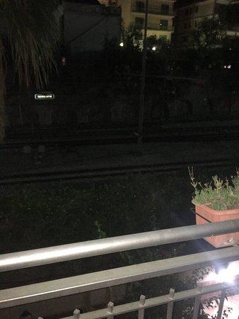 Michelangelo Hotel: Fotos de la vista desde el balcon hotel a las vias del tren