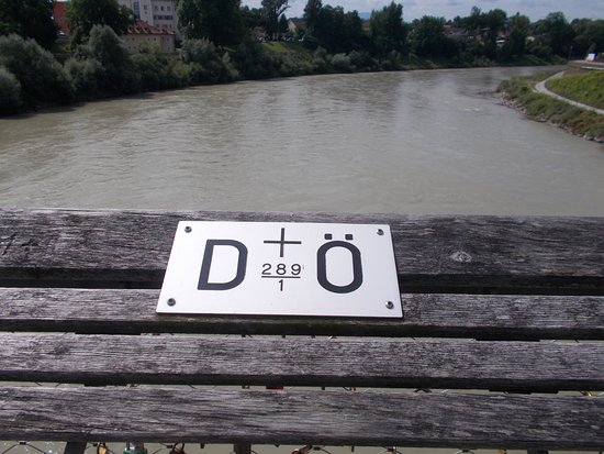 Laufen, Tyskland: Il confine sul ponte sul Salzbach.. a sinistra la Germania, a destra l'Austria