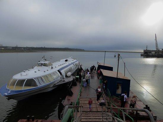 """Bratsk, Russia: """"Метеор"""" - единственное транспортное средство, обслуживающее единственный маршрут до Иркутска."""