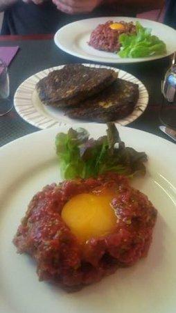 Montbrison, França: steak tartare et galette de pomme de terre de la région