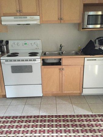 Windtower Lodge & Suites: Broken burner, MISSING cabinets on arrival!!, filthy dishes/utensils