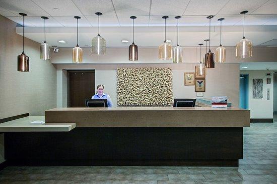 Glen Ellyn, IL: Front Desk