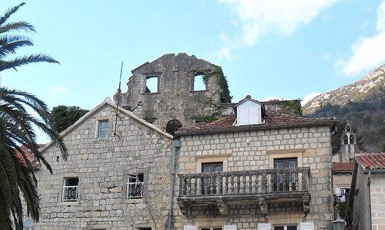 Perast, Montenegro: Руины особняка Мазарович