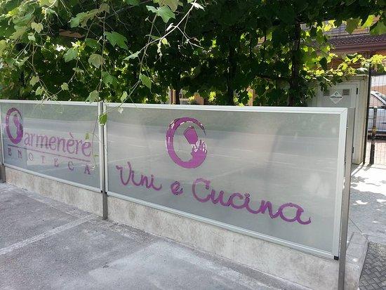Enoteca Carmenere: terrazza estiva sotto alle viti