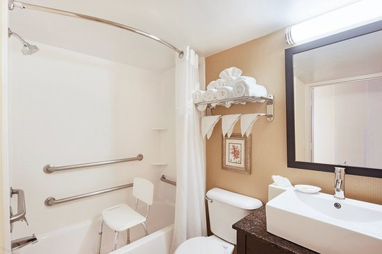 Holiday Inn Richmond I 64 West End: ADA/Handicapped accessible Guest Bathroom with mobility tub