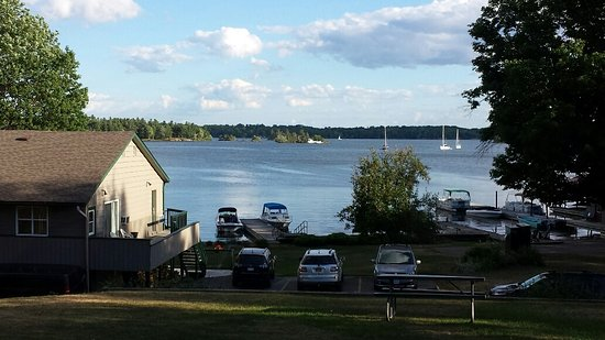 Glen House Resort: Looking south over the boat dock on to the St. Lawrence River and the 1,000 Islands