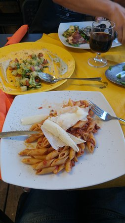 Montespertoli, Itália: this is pasta bolognaise, the presentation is as good as the taste!