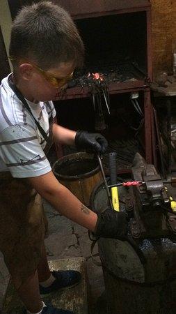 Yevpatoriya: Изготовление ножа (красный кусочек - это раскалённый металл)