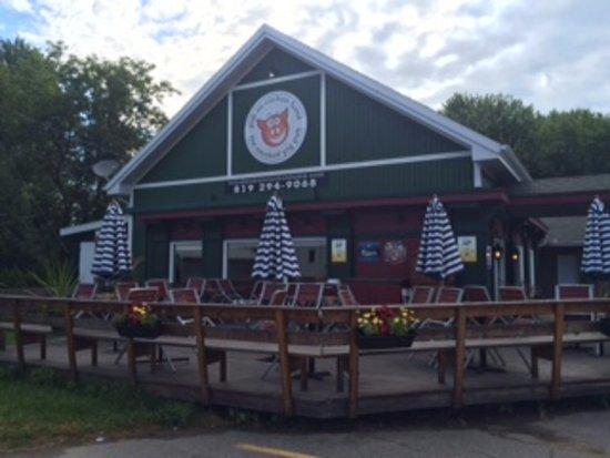 Pub Au Cochon Fume: Great outdoor patio