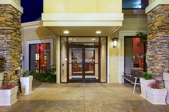Roseburg, OR: Entrance of Hotel at Dusk