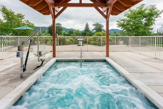 Roseburg, OR: Outdoor Whirlpool Tub