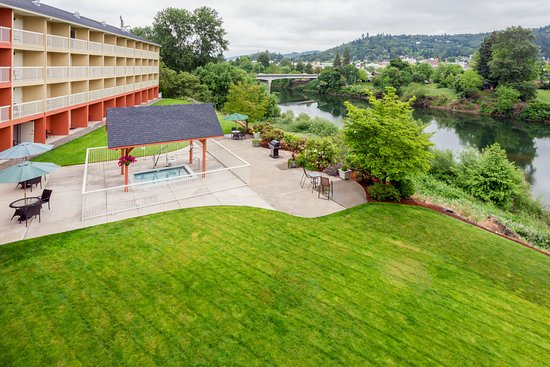 Roseburg, OR: View of the river from your private guest room balcony