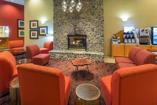 Roseburg, OR: Lobby Lounge with Cozy Fireplace for Relaxing