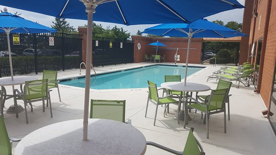 ‪‪Holiday Inn Express Baltimore - BWI Airport West‬: Enjoy a swim in our outdoor pool‬