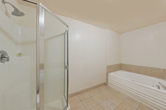 Show Low, AZ : Two Queen Feature Guest Bathroom with tub and shower