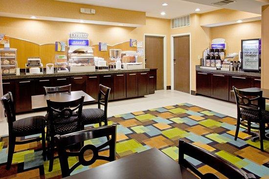 Holiday Inn Express Arlington : Breakfast Bar