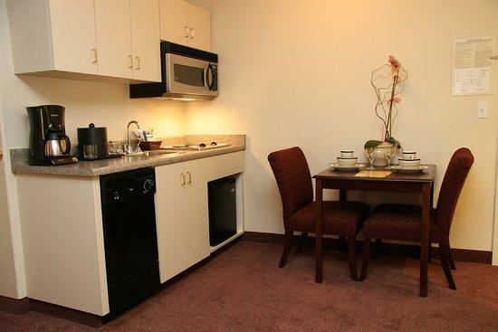 Selma, Kalifornia: King Parlor Suite Kitchen