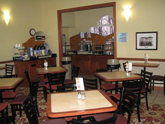 Holiday Inn Express Watertown: Breakfast Bar