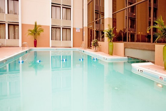 Holiday Inn Roanoke Valley View: Refreshing waters await, fun for the whole family.