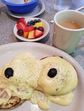 Lenny's Restaurant: Lenny's Eggs Benedict with fruit