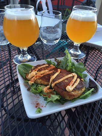 Barrique Wine and Brew Bar : Crab cakes and trappist beer