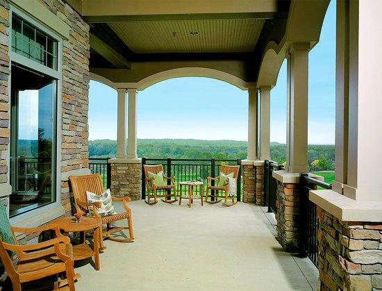 Leesburg, VA: Lansdowne_Exterior_clubhouse_balcony