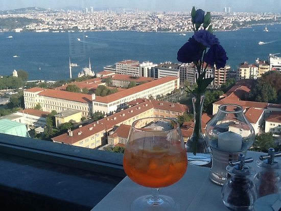 Safran Restaurant: The view and the cocktail.