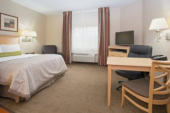 Peoria, IL: Queen Bed Guest Room