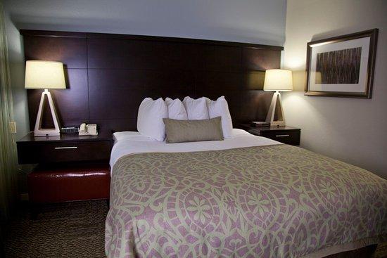 Staybridge Suites Torrance: Queen Bed Guest Room