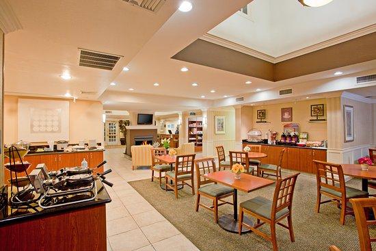 Staybridge Suites Torrance: Guest Dining Lounge