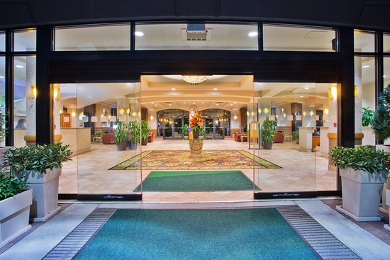 Holiday Inn Hotel & Suites North Vancouver: Our entrance and lobby area