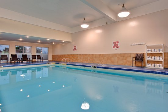 Holiday Inn Express Hotel & Suites Collingwood - Blue Mountain: Swimming Pool