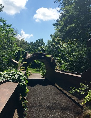 Wayne, Pensilvanya: Beautiful bridge leading into the woods