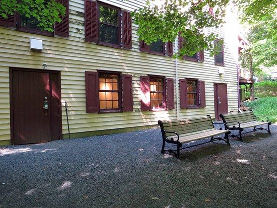 Berkeley Heights, นิวเจอร์ซีย์: Restrooms back side of Church/Store building