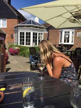Horley, UK: Lovely pub garden, really friendly & helpful staff