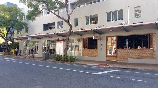 Base Brisbane Uptown : Al lado queda un bar